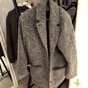 Lækker jakke/frakke/trenchcoat fra Monki str M. 35% uld, så den er dejlig varm. Brugt få gange