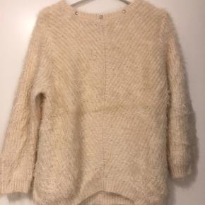 Meget oversized sweater med aftageligt nitter omkring halsen. Står som ny, da den kun er brugt en enkelt gang.