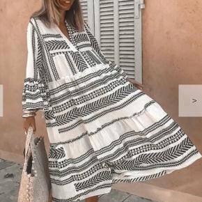 Maxi kjole i sort/hvid mønster. Fejlkøb, bare alt for stor. 🤍🖤🤍🖤