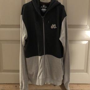 Alis zip hoodie i XL, brugt få gange, næsten som ny!