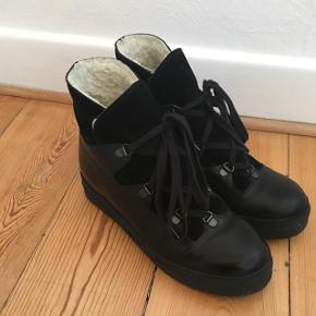 Skal du være på forkant med den næste kolde sæson og elsker du at spare penge på tøjbudgettet?, så køb de her fine støvler 👢. Jeg sælger mine Billi Bi støvler i str 37. De er brugt få gange og fejler intet. Ny pris var 1299,-. Skoenes overdel er i ruskind, de har gummisåler med slidbanemønster, skjult kilehæl, uldforing samt snørelukning.