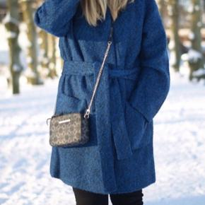 """Smukkeste frakke fra Ganni """"Washington"""" modellen  Str. M (passer fint en str. S/M)  Kun prøvet på - ellers helt som ny! Så smuk i farven og perfekt til efterår  & vinter  Nypris: 2500.-"""
