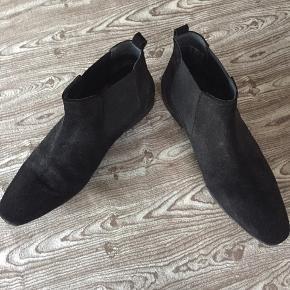 Ruskindslignende sorte lave  støvler, kun brugt en gang da de er købt for små. Smart til både et par jeans og habitbuker - sælges billigt.