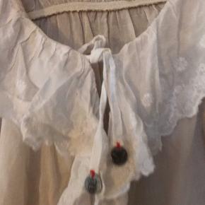 Supersød Odd Molly bluse / skjorte i hvid og naturhvid. Kroppen er lidt mørkere end ærmerne - fin detalje. Størrelse 1