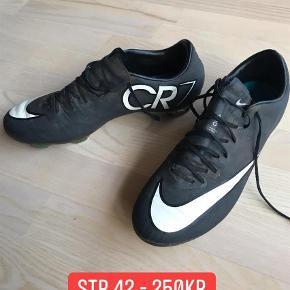Varetype: Fodboldstøvler Størrelse: 42 Farve: Sort  Fodboldstøvler i super god stand - nypris 1800, købt i outlet for 900. Indendørs sko str 42,5 - god men brugt