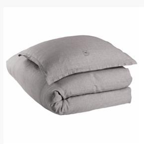 Det lækreste sengetøj i hør fra Georg Jensen Damask. Det hedder Linen og 2 sæt haves - 1 sæt i str. 140x200 og 1 sæt i str. 140x220, hvoraf det ene sæt evt. kan kortes af. Samlet nypris var 3900 og sættene er vasket 2 gange. Byd gerne