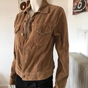 VINTAGE fløjl jakke fra Freeman T Porter, model Nevada Cord.  Farve safari.  Aldrig brugt.  se mål: fra skulder til skulder:41 cm overbryst: 90 cm. længde fra skulder og ned: 53 cm. længde på ærme: 61 cm. byttes ikke