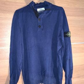**Sælges for min kæreste**  - Super fed Stone Island trøje. Brugt 3 gange og fremstår derfor som ny.  Kontakt mig i PB for nærmere handel ☺️