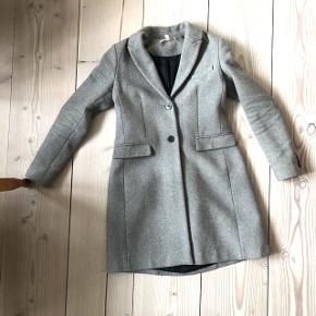 Rigtig fin grå frakke fra Zara 🥰Som man bedst kan se på det første billede, er jakken figursyet ved taljen. Den passer godt til det vejr vi har nu og de næste par måneder!