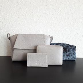 Adax taske (Næsten som ny) Ca. mål L. 23 cm. H. 15 cm. D. 9 cm. Np 1399 kr  Adax pung (God men brugt) Der er brugsspor på nogle hjørner, som vist på sidste billede.  Ca. mål L.13 cm. H. 10 cm. D.2 cm. Np 499 kr.  Adax dustbag / pose  Adax holder hvor garantibevis tidligere lå i. Kan bruges som kortholder.  Hentes i Roskilde eller sender med DAO mod betaling af fragt.