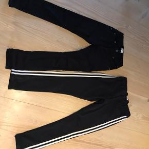De sorte med hvide striber er fra Outfitters og hedder str. 152. De andre sorte er fra grunt