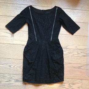 Super sød sort kjole med lommer og fede detaljer. Standen er som ny! Str 34.