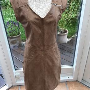 Flot rå skind kjole af mærket Auluna med flotte detaljer.
