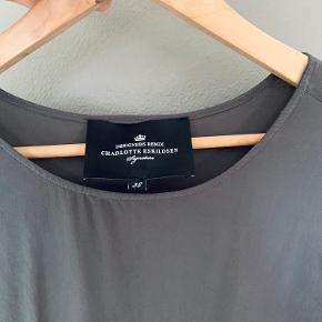 Enkel og fin kjole sælges da den ikke bliver brugt.