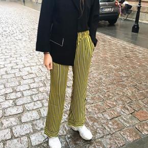 Sælger disse fine bukser og skjorten fra hosbjerg. Sættet har aldrig været brugt, og der er stadig mærke i skjorten. Sættet kan købes samlet for 1000 kr.