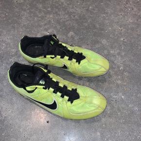 Nike pigsko til piger eller drenge - det er en str 40, men de er lidt små i størrelsen, så passer nok bedre til en 39:) Kom med et bud✨
