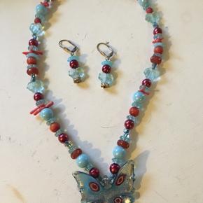 Dette smukke sæt af perler importeret fra USA og lavet af bornholmsk smykke kunstner sælges for kun kr 200,- prisen er ikke til forhandling. Køber betaler Porto Køber betaler Porto