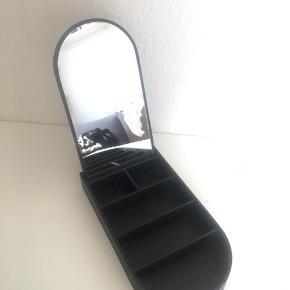 Der er lidt mærker øverst på spejlet, se billede :) fejler intet, og sælges kun fordi jeg har fået nyt  Sender gerne