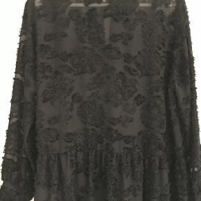 Smuk eftertragtet kjole fra Second Female str. L/40. Style: Lyro LS dress. Den har været på 1 gang og ellers hængt i skabet.  Brystmål: 57 X 2 cm Brystmål underkjole 52 X2 cm Længde bag fra kraven 1,02 m  MP DKK 325,-