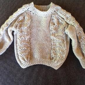 Varetype: Bølgetrøje Størrelse: Alle Farve: Alle Denne vare er designet af mig selv.  Lækker Babytrøje i merinould. Vælg selv farve se Hobbygarn.dk 0-6, 6-12 mdr osv. Prisen er for 0-6 mdr. Inspireret af Bølgetrøjen fra Ganni .