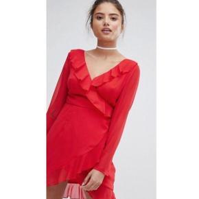 Varetype: Kjole Størrelse: 10 Farve: Rød Oprindelig købspris: 300 kr.  Kjole brugt en enkelt gang i få timer. beskrivelse: Letvægts chiffon overlay, stoffet strækker sig ikke Stof: 100% Polyester