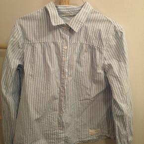 Fin feminin skjorte fra Odd Molly, som jeg desværre kun har fået brugt 1 gang. Er købt for lille 😔 Ligeledes vasket 1 gang.   Str. 2 Er som ny!   Købspris 900,- Byd gerne. De 11 kr er et fiktivt beløb - kunne ikke skrive 0 for Byd.  Sender gerne med DAO pakke forsikret.