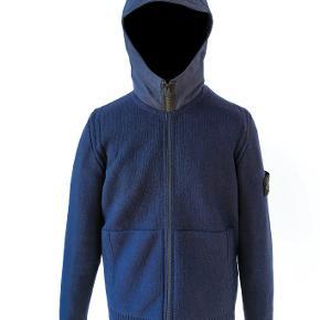 Denne Stone Island uld trøje med hætte er købt i Illum for en nypris på 2710 kr. Cond 9/10. Trøjen er gået med meget få gange.