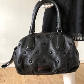 Sælger min smukke New Q Legend all Black i limited edition. (Sort læder, sorte hardware. )Brugt, ikke som ny, men i god stand. Der er lidt ridser på logopladen, samt en make-up plet indvendig. Læder i god stand, kun en lille misfarvning i bunden. Desværre, kan jeg ikke finde skulderrem og dustbag. Skønheden blev købt i sin tid på The Outnet.  Højde: 22 cm Bredde 35 cm Byttes ikke.