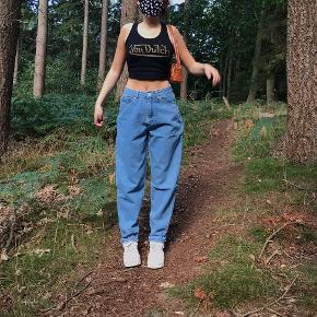 """von dutch tank top, sælges kun ved rette bud! besvarer kun bud og ikke """"mp"""" :) byd.  den er normal længde, dog cropped op på billederne.    tags y2k aesthetic fast and furious grunge 2000s fashion 90s fashion brandy melville baggy jeans ed hardy von dutch"""