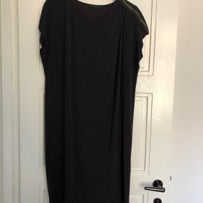 Fin kjole med lynlås-detalje på den ene skulder.  70% acetat/18% polyamide/12% elastane  Falder super flot.   Bytter ikke, men bud er velkomne.