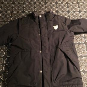 Super fin jakke. Kun brugt i 3-4 måneder og passet godt på. Hætten følger med.  Ingen røg. Ingen dyr.