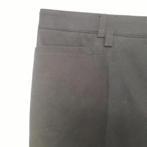 Varetype: bukser M/Tags Størrelse: 44 Farve: Marineblå Oprindelig købspris: 1350 kr.  Bukser aldrig brugt m/Tags. 99% Bomuld 1% Elastan Mål: Linning 46 cm enkeltsidet Inderben 85 cm (83 i sømmen) Længde 110 cm Fod 27,5 enkeltsidet Faconen kan ses tydeligt på item 57461246. de sælger i flere farver og kvaliteter