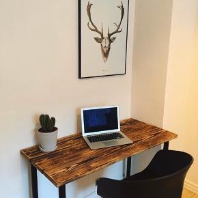 Flot skrivebord i træ, 110x60 cm. Bordben er fra IKEA