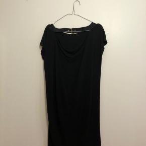 Sort løs kjole fra DKNY i str. S med lidt fald bagpå rygge - fejler ingenting.