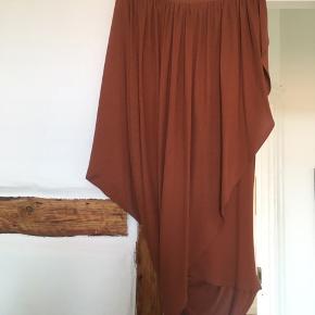 Smuk draperet nederdel i rust/orange/brun ish. Brugt en enkelt gang :-).