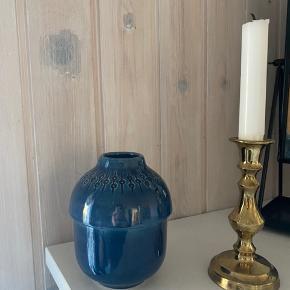 """Super fin lille mørkeblå vase med mønster i toppen 🌸 rigtig pæn stand, har dog et afslag helt inde under """"folden"""" som kun ses, når man vender bunden i vejret på den. Måler ca. 12 cm i højden.   Bemærk - afhentes i Hasle eller sendes med dao. Bytter ikke 🌈   ♻️ Retro loppefund keramik vase blå mørkeblå stentøj"""