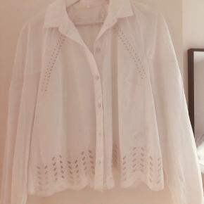 Super smuk skjorte fra Lala Berlin med flot broderi mønster  Str m  Byd