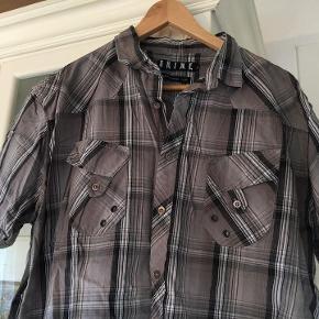 lækker herre-skjorte fra Shine, one size 100 % bumuld - næsten som ny grå sort hvid brystvidde ca. 2 x 64 cm længde ca. 73 cm bud fra 65 kr + evt. forsendelse  *Handel kan foregå kontant, via TS. bankkonto & Mobilepay*