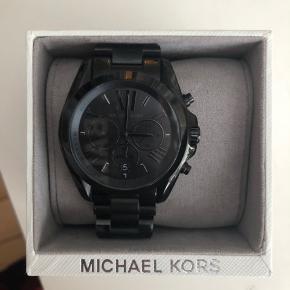 Super fedt ur med ekstra led... købt i december så næsten nyt... har fået et lille bitte hak i siden af urskiven kan næsten ikke ses ( se vedlagte foto) prisen er sat derefter ,ellers i super fin stand