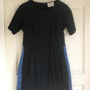 Varetype: Midi Farve: Blå Prisen angivet er inklusiv forsendelse.  Flot mørkeblå kjole med blå satin bånd i siderne
