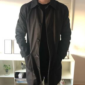 Sort frakke fra APC. Brugt få gange.  Nypris 3200kr.  Været til rens. Bruges ikke mere fordi købt ny.