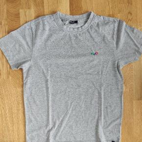 Varetype: T-shirt  Farve: grå, mærket er i grøn, rød og blå   Man kan købe alle 3 H2O trøjer for 222 kr.