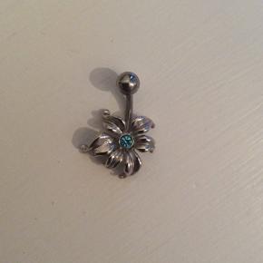 Navlepiercing med blomstSølv, med lille blå sten