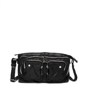 Stine taske original pris: 899,-  Materiale: vasket læder  Farve: sort  Mål: L: 24 cm x H: 14 cm x D: 5 cm