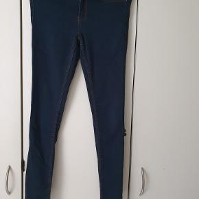 Fede jeans fra Pieces str. m/l. Er med stræk. Model klara. Er meget pæne og velholdte.
