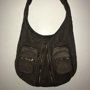 Sælger min Alexander Wang taske da jeg ikke får den brugt. Den er købt over Trendsales, men fejler intet. Dustbag haves stadig.