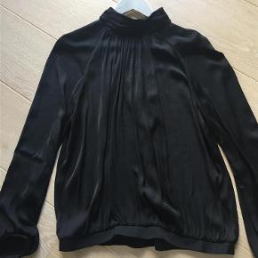 Varetype: Skjorte Farve: Sort Oprindelig købspris: 499 kr. Prisen angivet er inklusiv forsendelse.  Denne skjorte er brugt en enkelt gang og er helt som ny. Rigtig flot med høj hals og rynker.. jeg har bare for mange skjorter i samme type. 100% polyester men ligner silke i looket. Byd.