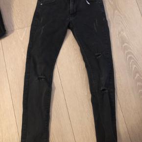 Fede jeans med huller str 24