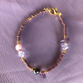 Perle armbånd med ferskvandsperler Lilla nuancer med store perler 📐Mål: ca 16 cm Lilla ametyst sten 💮Prisen er fast og inkl Porto med postnord