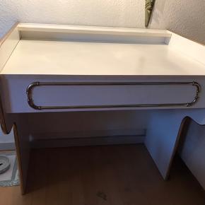 Det er et makeup-bord men kan også bruges som skivebord.   Kan hentes gratis i Odense.